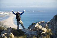 Spanien, Andalusien, Tarifa, Mann beim wandern, Wanderung - KBF00426
