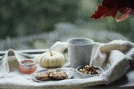 Kekse und Kaffee auf herbstlicher Fensterbank - JESF00196