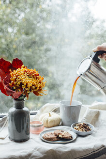 Kekse und Kaffee auf herbstlicher Fensterbank - JESF00199