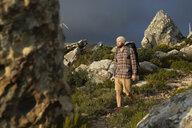 Spanien, Andalusien, Tarifa, Mann beim wandern, Wanderung - KBF00446