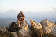 Spanien, Andalusien, Tarifa, Mann beim wandern, Wanderung - KBF00452