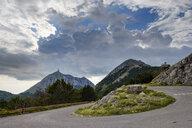 Serpentine, Bergstraße zum Jezerski Vrh, Lovcen Nationalpark, bei Cetinje, Montenegro - SIEF08314
