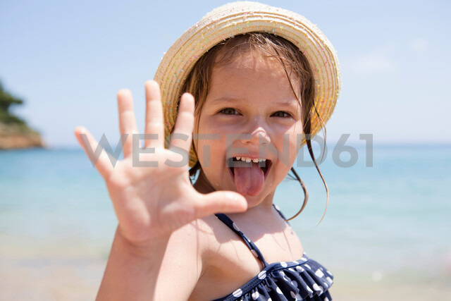 Girl in sunhat sticking out her tongue, portrait, Scopello, Sicily, Italy - CUF47904 - Judith Haeusler/Westend61