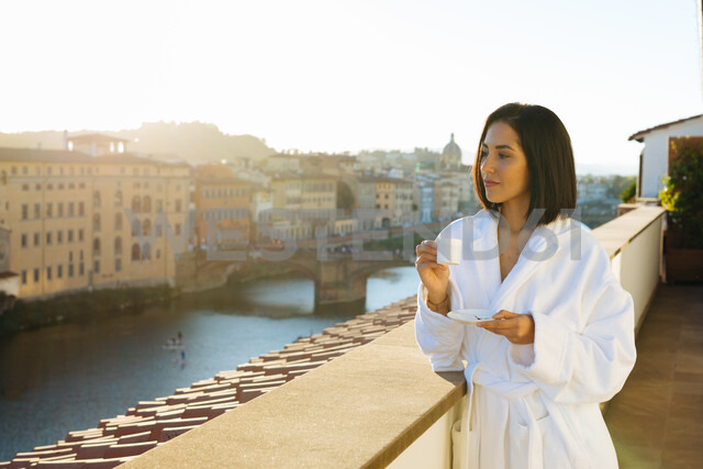Woman having coffee on hotel balcony, Florence, Toscana, Italy - CUF48099 - Sofie Delauw/Westend61