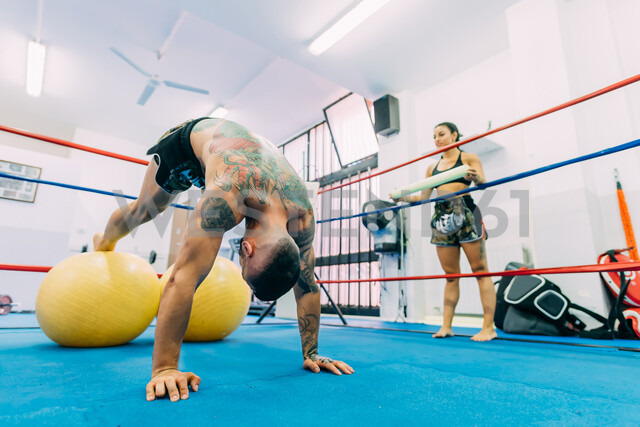 Male and female boxers working out in boxing ring - CUF48416 - Eugenio Marongiu/Westend61