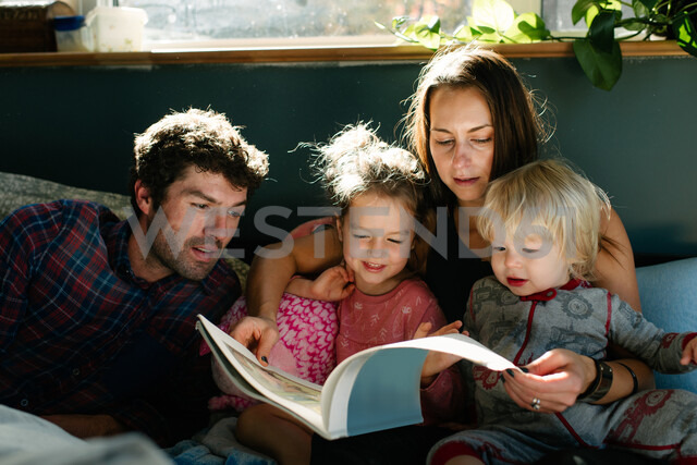 Parents reading to children in bed - ISF20398