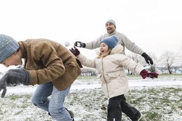 Wickede, NRW, Deutschland. Ein Vater spielt  mit den Kindern mit Schnee im Winter im Freien - KMKF00690