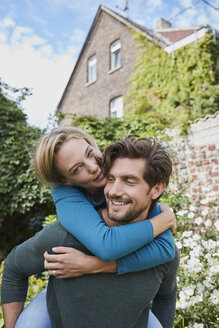 Portrait of happy couple in garden of their home - RORF01592