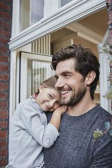 Deutschland, Nordrhein-Westfalen, Stadt Essen, Familie, Lifestyle, Vater mit Tochter in Verandatuer, Backsteinhaus - RORF01637