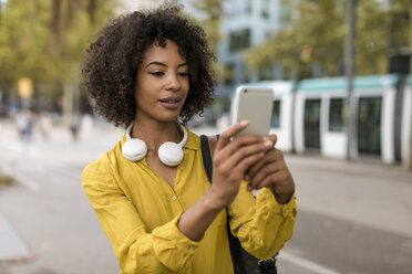 Portrait of woman with headphones taking selfie with smartphone - MAUF02356
