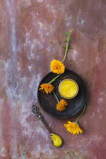 getrocknete Ringelblumenblüten (Calendula) und Ringelblumensalbe - MYF02068