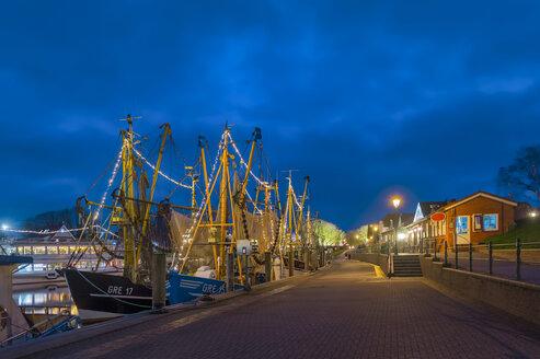 Fischkutter und Krabbenfänger an der Pier. Nachtaufnahme. Greetsiel, Krummhörn, Niedersachsen, Deutschland - FRF00796