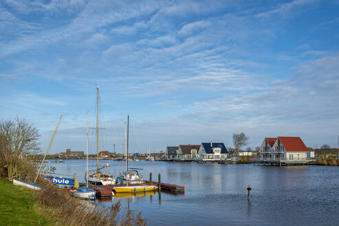 Ferienhäuser und Segelboote am Ufer der Harle. Harlesiel, Niedersachsen, Deutschland - FR00805