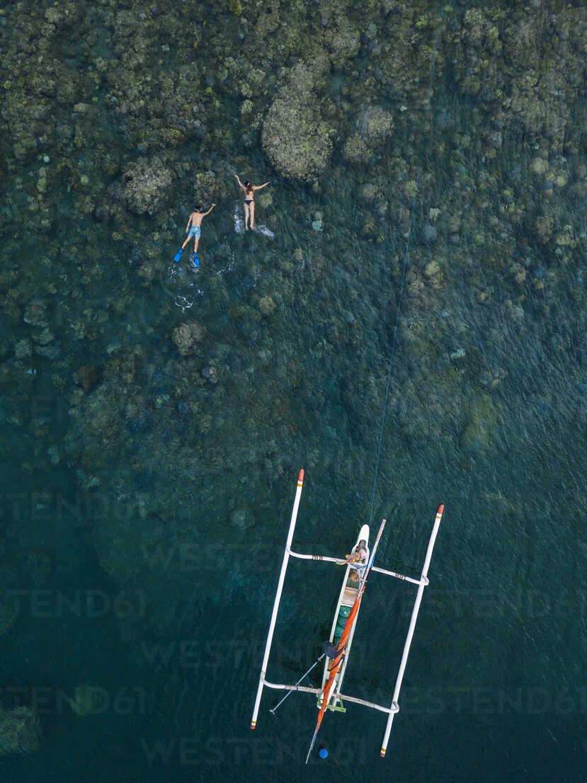 Couple snorkeling in ocean, next to banca boat - KNTF02615 - Konstantin Trubavin/Westend61