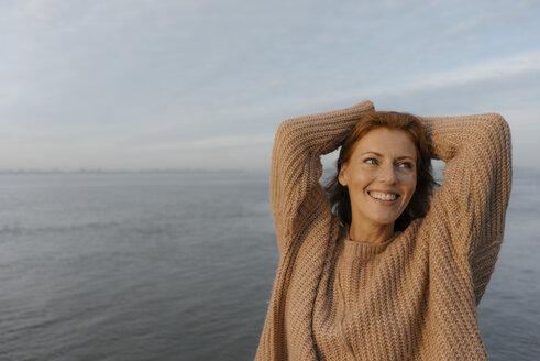 Deutschland; Hamburg; Frau; 44 Jahre; Norden; Herbst; Wasser; Ufer; Fluss; Elbe; Erholung; Fernweh; Sonnenaufgang - JOSF02882