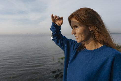 Deutschland; Hamburg; Frau; 44 Jahre; Norden; Herbst; Wasser; Ufer; Fluss; Elbe; Erholung; Fernweh; Sonnenaufgang; Rote Haare; Blau - JOSF02903