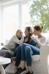 Deutschland; Hamburg; Frau; 44 Jahre; Mutter; Familie; Tochter; Kinder; Mädchen 15 Jahre; Mädchen 17 Jahre; Zusammen; Zusammenhalt; Gemeinsam; Wohnzimmer; Sofa - JOSF03062