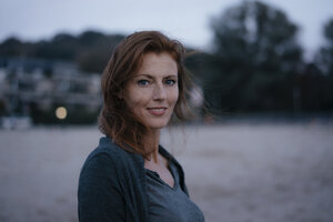 Germany, Hamburg, portrait of smiling redheaded woman - JOSF03077