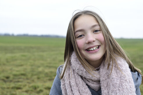 Portrait of smiling girl in nature - ECPF00267