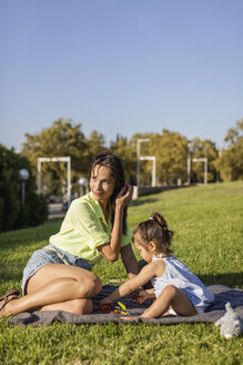 Mother and Daughter. Barcelona, Spain. - MAUF02411