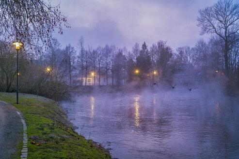 Der Fluß Erft mit Nebel über dem Wasser in der Abenddämmerung. Grevenbroich, Nordrhein-Westfalen, Deutschland - FRF00812