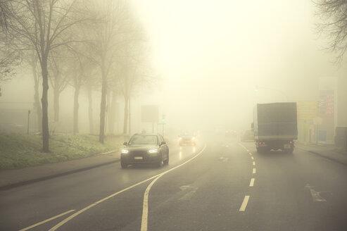 PKW und LKW begegnen sich im Morgennebel.  Grevenbroich, Nordrhein-Westfalen, Deutschland - FRF00814