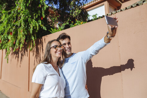 Happy couple taking a selfie on a sunny day - KIJF02240