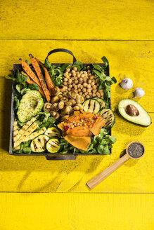 Veganfood - Avocado, Maiskölbchen, Zucchini, Karotten, Champignons, Kichererbsen, Süßkartoffeln, Feldsalat, Chiasamen, Pinienkerne und Knoblauch, Studio - MAEF12771