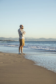 Man with headphones and sunglasses at the beach - KBF00467
