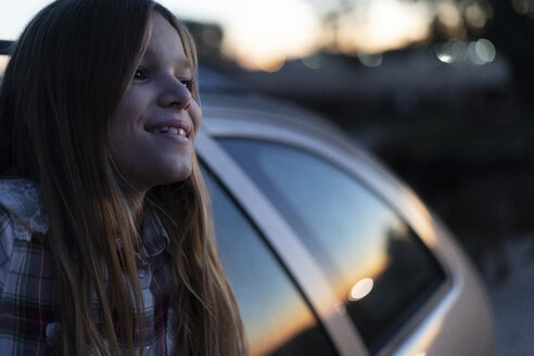 Content girl looking out of car window watching sunset - ERRF00726