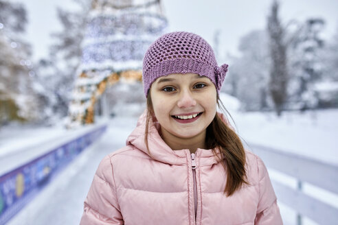 Portrait of a girl, wearing wooly hat, having fun ice skating on the ice rink - ZEDF01841