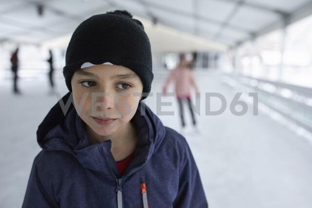 Portrait of a boy, wearing wooly hat, having fun ice skating on the ice rink - ZEDF01847 - Zeljko Dangubic/Westend61