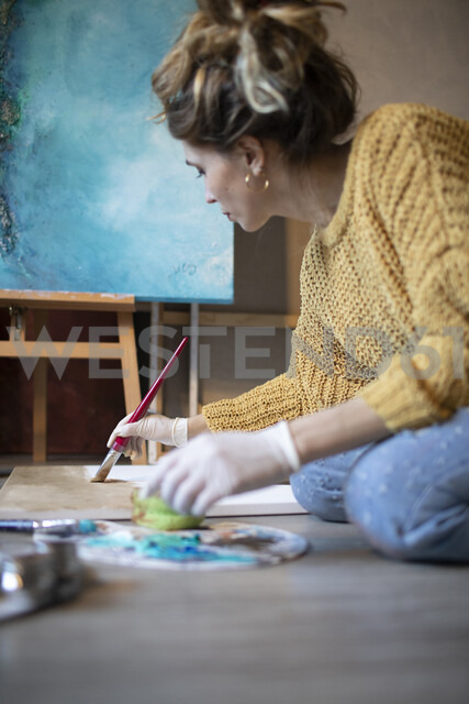 Young woman painting in her atelier - GRSF00068 - Jorge Garcia-Romeu Senante/Westend61
