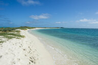 USA, Florida, Florida Keys, Dry Tortugas National Park, Fort Jefferson, White sand beach in turquoise waters - RUNF01021