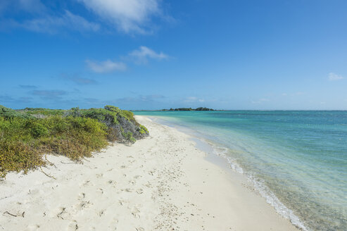 White sand beach in turquoise waters, Fort Jefferson, Dry Tortugas National Park, Florida Keys, Florida, USA - RUNF01024