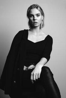 Junge Frau im Blazer vor weißem Hintergrund, Deutschland - JESF00232