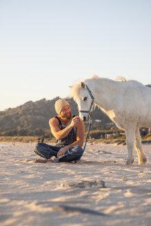Spanien, Andalusien, Tarifa, Mann mit Pony, Strand - KBF00477