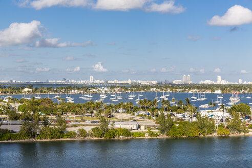 Yacht Anlagestellen, hinten die Prominentenhäuser auf den Star, Palm, Hibiscus und Venetian Islands, Miami Beach, Miami-Dade County, Florida, USA, Nordamerika - MABF00525
