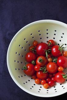Currant tomatoes in white colander - CSF29234