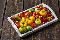 Wooden tray of various sorts of tomatoes - CSF29267