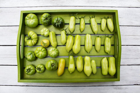Wooden tray with various tomatoes, stage of ripeness, unripe - CSF29303