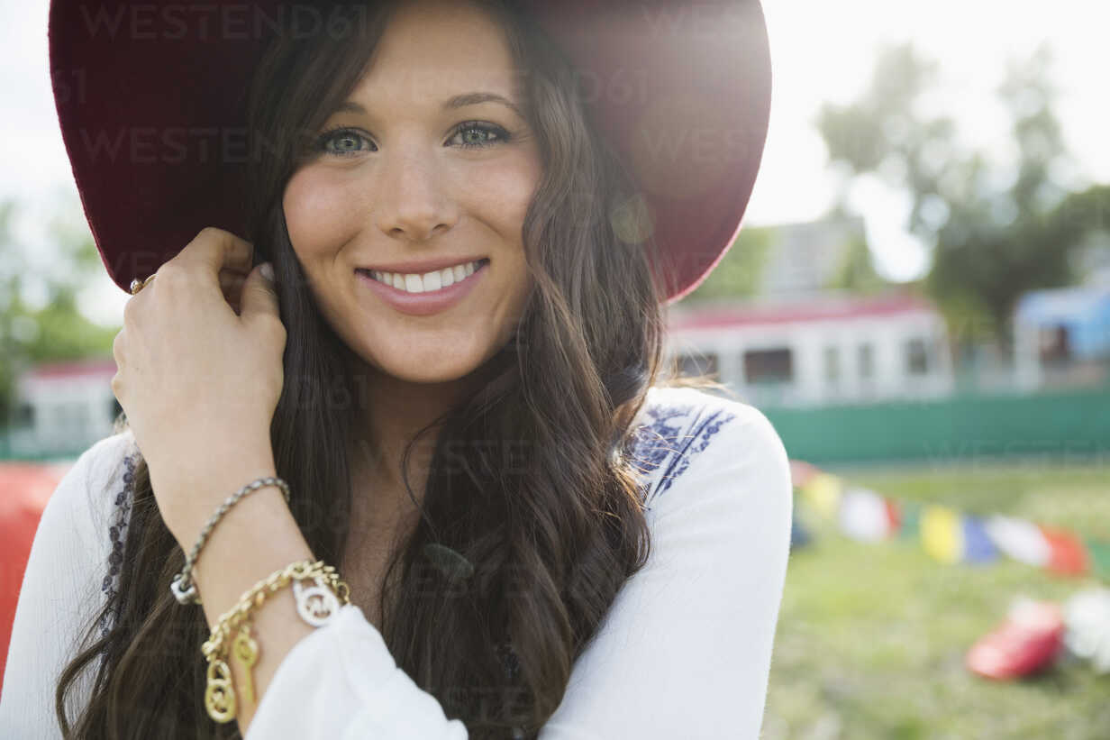 Portrait smiling young brunette woman wearing hat - HEROF13764 - Hero Images/Westend61