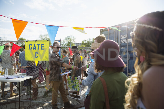 Young crowd waiting in queue at summer music festival entrance - HEROF14076 - Hero Images/Westend61