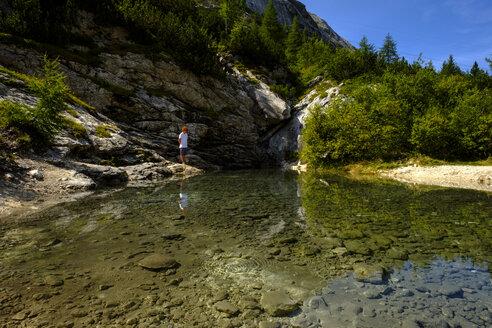 Wanderer an einer Quelle am Fuß der Marmolada Marmolata, Dolomiten, Südtirol, Trentino-Alto Adige, Italien, - LBF02338