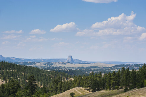 USA, Wyoming, scenic with Devils Tower National Monument in background - RUNF01043