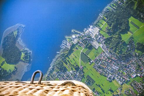 Deutschland, Bayern, Chiemgau, Prien am Chiemsee, Luftaufnahme vom Ort Prien am Chiemsee mit Hafen und Chiemsee, fotografiert aus Heißluftballon, directly above - MMAF00797