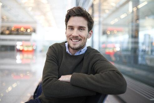 portrait junger mann in business location, münchen, bayern, deutschland - PNEF01219