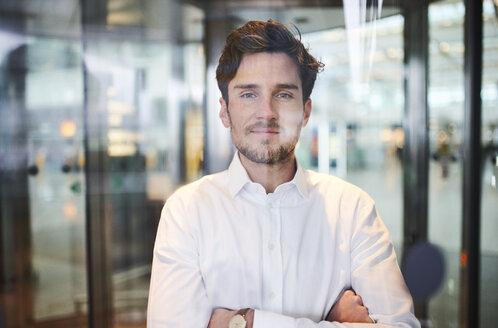 portrait junger business mann hinter scheibe, münchen, bayern, deutschland - PNEF01228