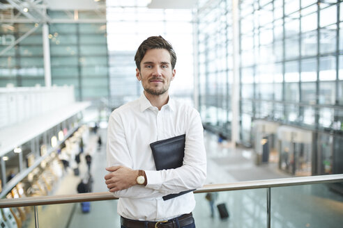 portrait junger business mann, münchen, bayern, deutschland - PNEF01231