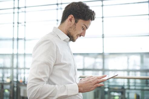 portrait junger business mann mit  tablet, münchen, bayern, deutschland - PNEF01234